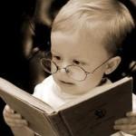 Barn som leser med briller